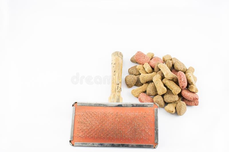Peigne et aliments pour chiens photo libre de droits