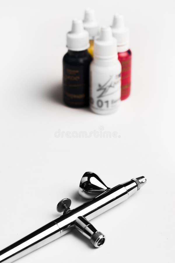 Peignez à l'aérosol sur un fond blanc avec les couleurs du fond images libres de droits