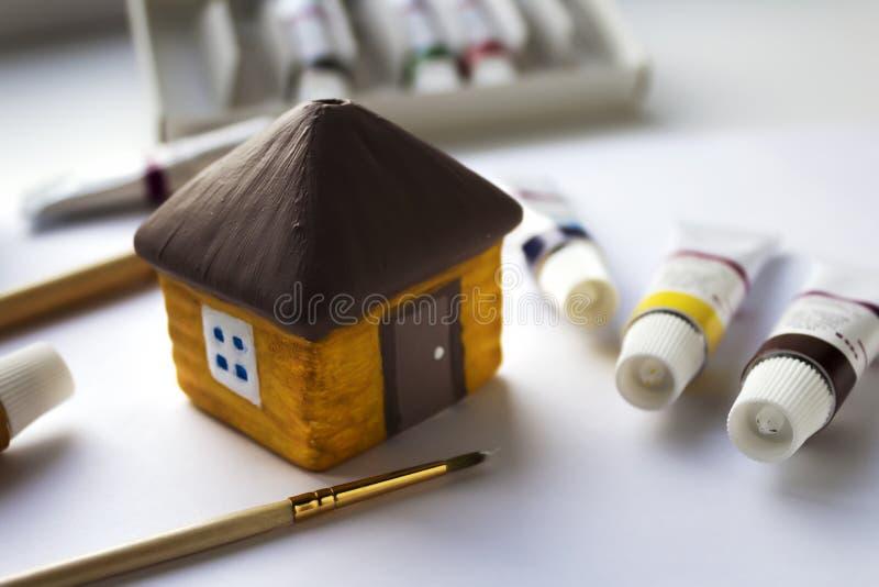 Peignez les peintures acryliques à la maison décoratives en céramique photographie stock
