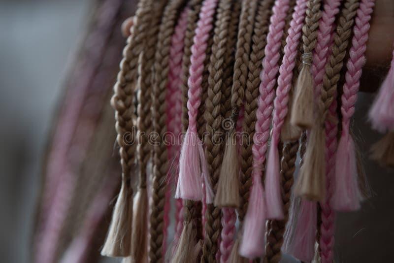 Peinado de Cornrows, estilo africano tradicional del pelo con los hilos multicolores y dreadlocks imágenes de archivo libres de regalías