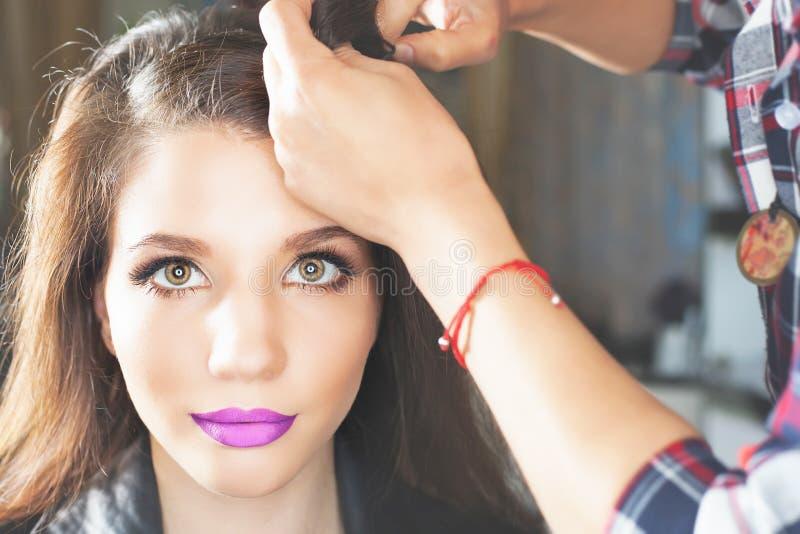 Peinado de la manera la mujer con el palillo Salón del pelo imagen de archivo