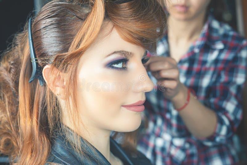 Peinado de la manera la mujer con el palillo Salón del pelo imagen de archivo libre de regalías