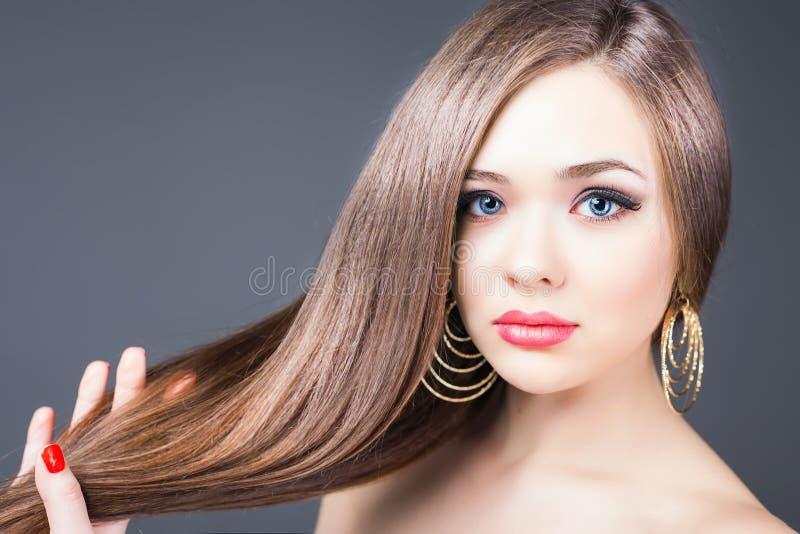Peinado de la manera Mujer hermosa con el pelo recto largo imágenes de archivo libres de regalías