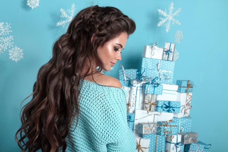 Peinado de la Navidad Retrato de la mujer atractiva con casarse w fotos de archivo