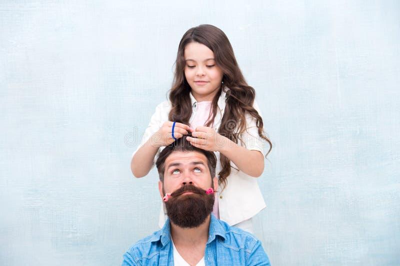 Peinado del cambio Cree el peinado divertido Con la dosis sana de la franqueza cualquier papá puede sobresalir en criar a la much foto de archivo