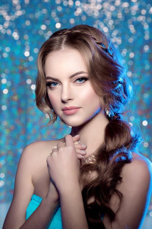 Peinado elegante del maquillaje magnífico de la belleza del modelo de la mujer del invierno usted fotos de archivo