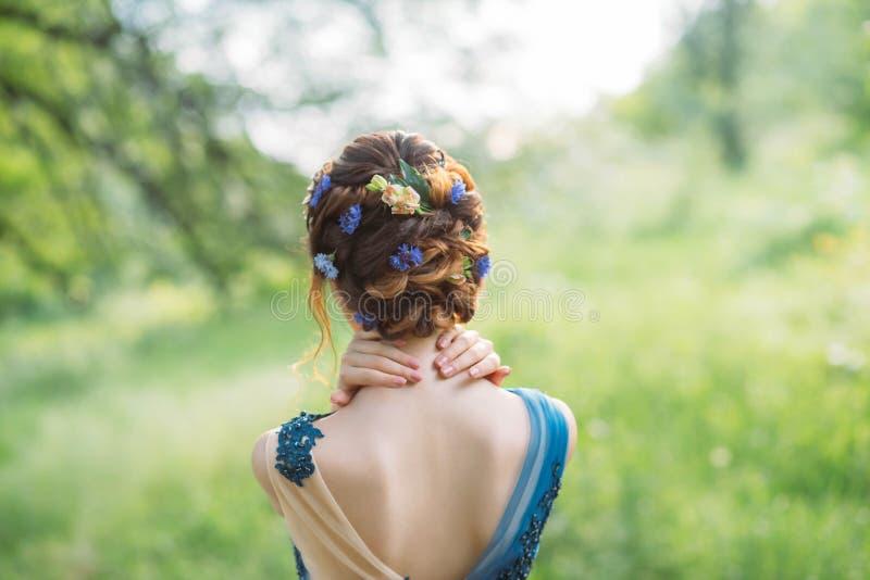 Peinado elegante fresco inusual para el pelo oscuro largo, trabajo del peluquero, imagen para la graduaci?n y boda, ninfa del bos imagenes de archivo