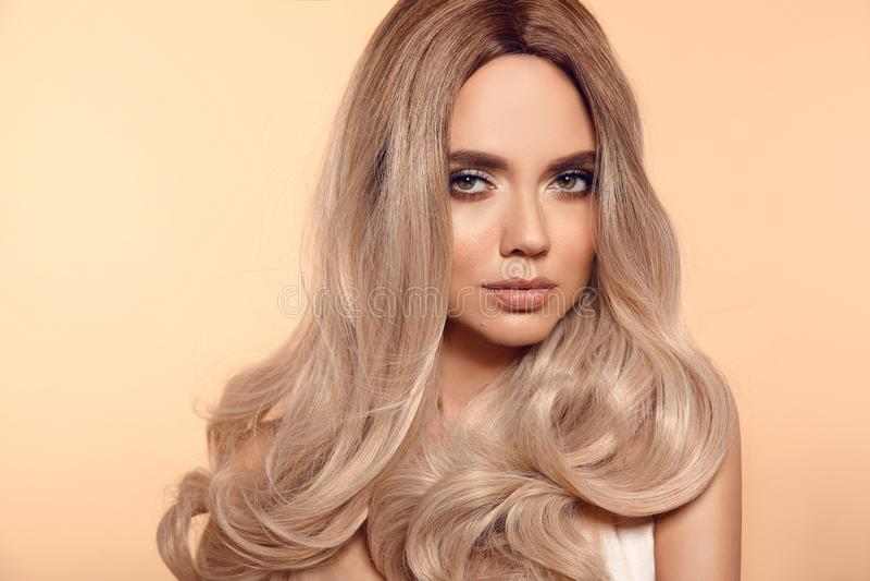 Peinado ondulado rubio de Ombre Retrato rubio de la mujer de la moda de la belleza Modelo hermoso de la muchacha con el maquillaj foto de archivo