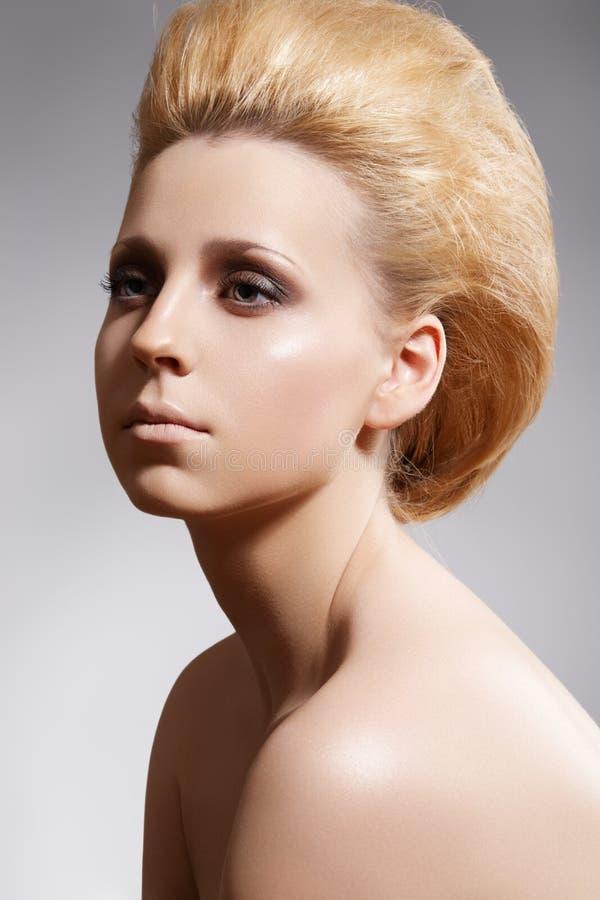 Peinado, pelo bouffant, labrando. Maquillaje de lujo imágenes de archivo libres de regalías