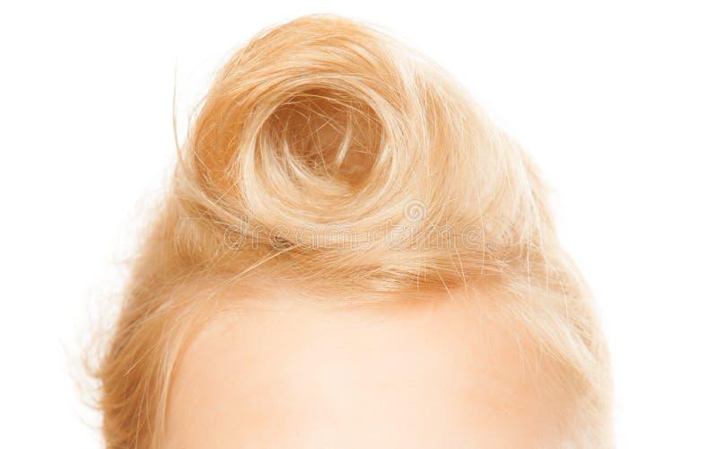 Peinado Pin-para arriba Primer del bollo femenino del pelo rubio imagenes de archivo