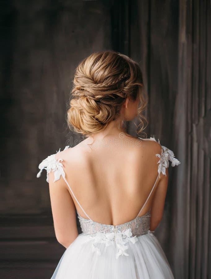 Peinado profesional magnífico para el pelo largo rubio, haciendo publicidad del aviso del salón de belleza para casarse y el bail imágenes de archivo libres de regalías