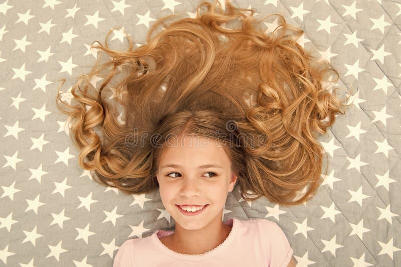Peinado rizado del ni?o que se relaja El aceite org?nico de la m?scara del acondicionador mantiene el pelo brillante y sano Extre imagen de archivo libre de regalías