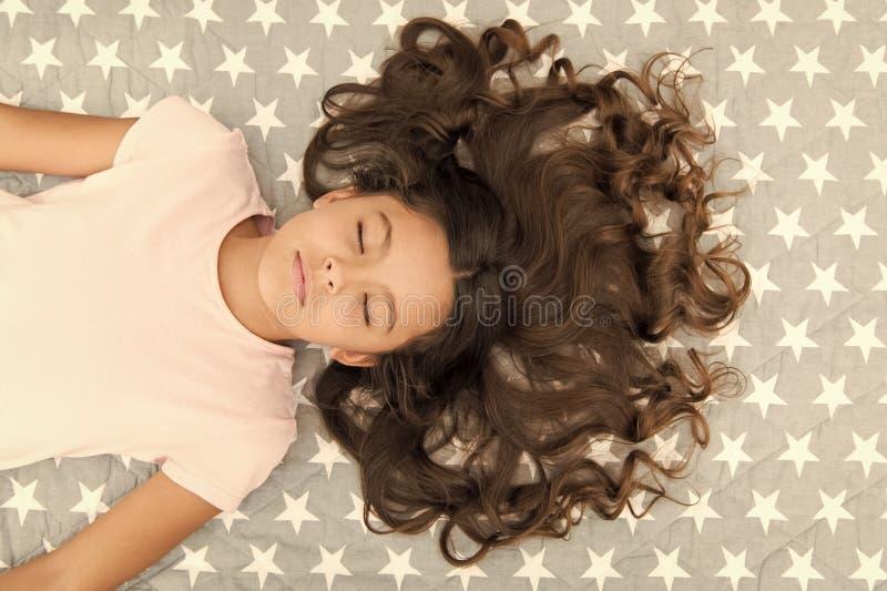 Peinado rizado perfecto del ni?o El aceite org?nico de la m?scara del acondicionador mantiene el pelo brillante y sano Extremidad fotos de archivo libres de regalías