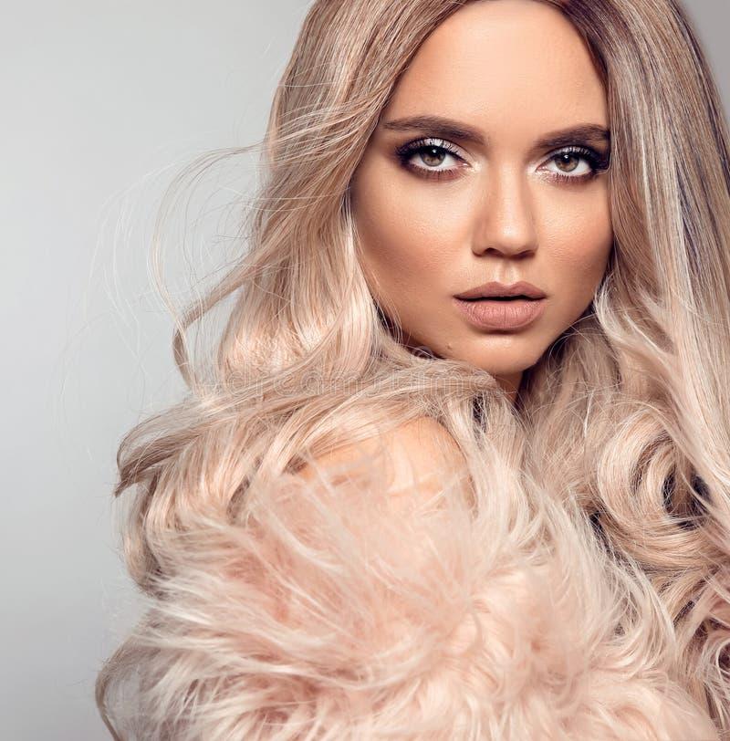Peinado rubio de Ombre Retrato rubio de la moda de la belleza La mujer atractiva lleva en abrigo de pieles rosado Modelo hermoso  imagenes de archivo