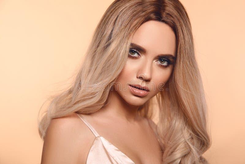 Peinado rubio de Ombre Retrato rubio de la mujer de la moda de la belleza Modelo hermoso de la muchacha con el maquillaje, presen fotografía de archivo