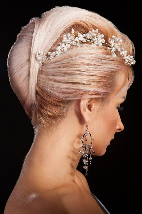 Peinado rubio largo hermoso del modelo femenino en estudio fotografía de archivo libre de regalías