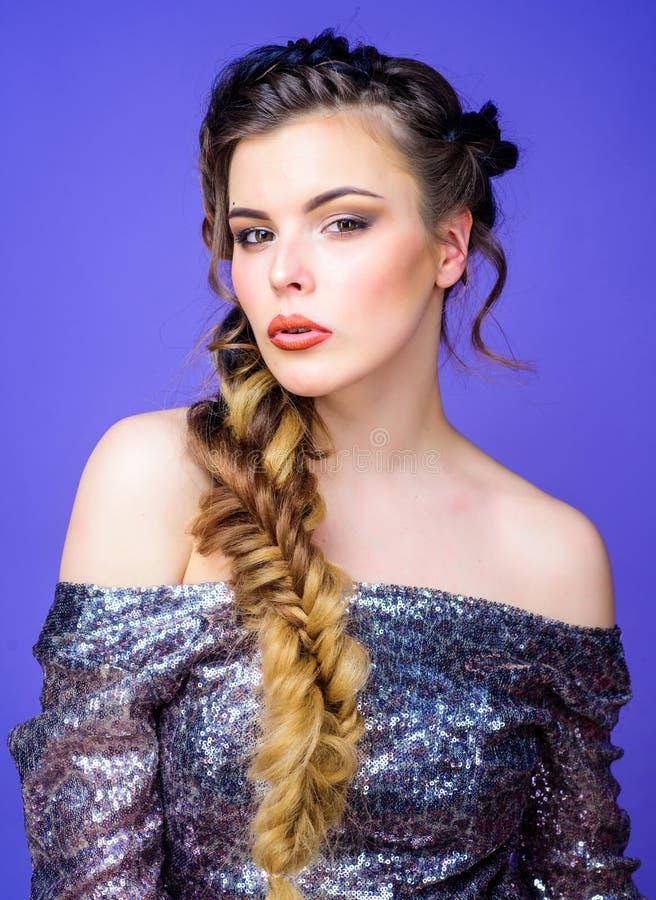 Peinado trenzado Trenza francesa Cuidado del cabello y peinado profesionales el crear Arte del peluquero del sal?n de belleza Her imágenes de archivo libres de regalías