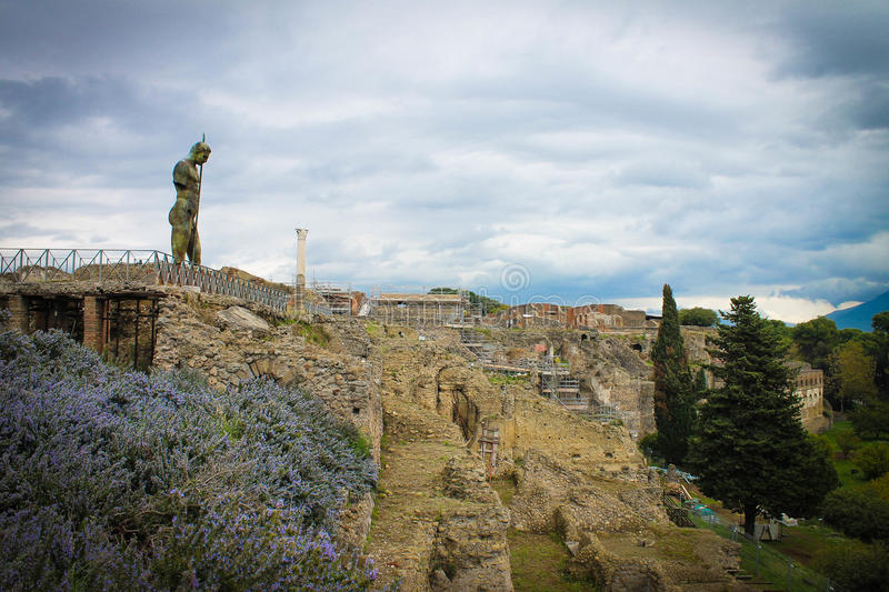 Peine de statue d'homme au-dessus des ruines de Pompeii, Italie photographie stock