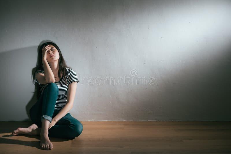 Peine perdante de sentiment d'amour de femme douloureuse de tristesse photographie stock libre de droits