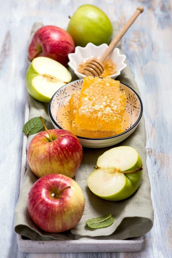 Peines y manzanas, hashana del rosh, símbolo judío de la miel del Año Nuevo foto de archivo libre de regalías