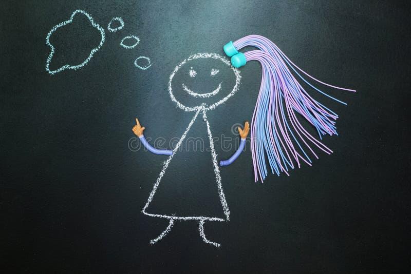 Peint avec la fille de craie avec des tresses pensant sur le tableau noir illustration libre de droits