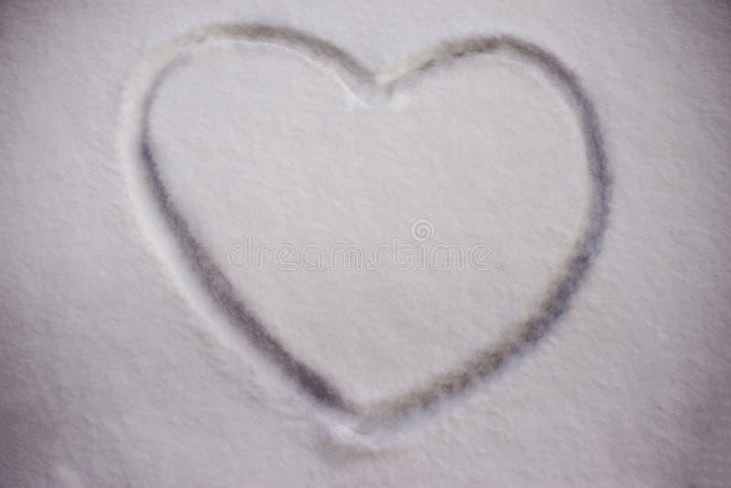 Peint sur un symbole de coeur de neige de surface plane photographie stock libre de droits