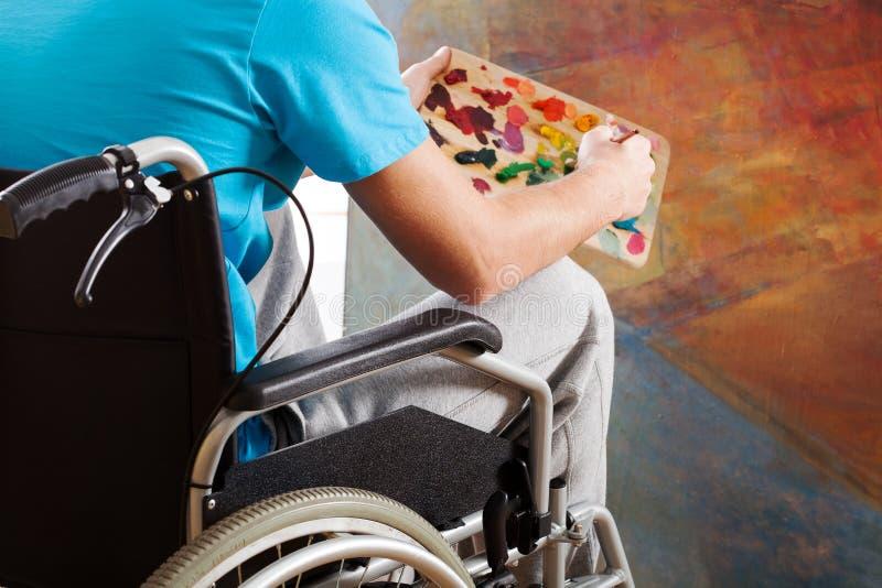 Peintre dans un fauteuil roulant images libres de droits