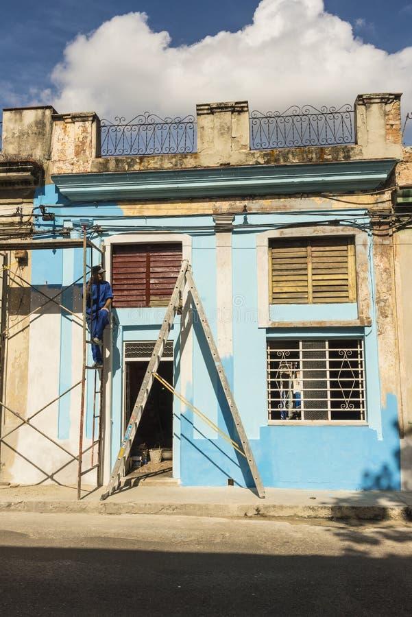 Peintre de Chambre faisant une pause La Havane photos stock