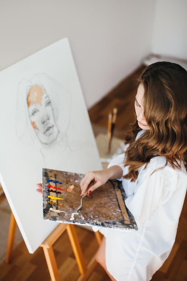 Peintre de jeune fille au processus d'illustration photos libres de droits
