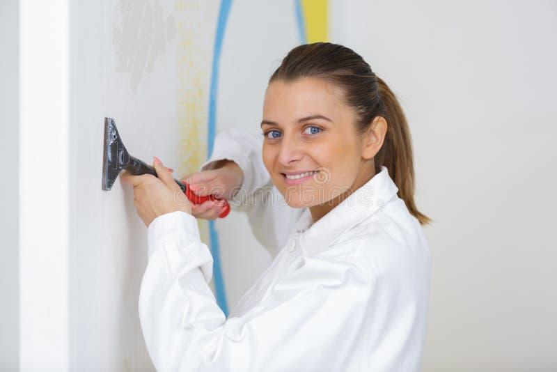 Peintre féminin heureux de plâtrier de portrait photos libres de droits