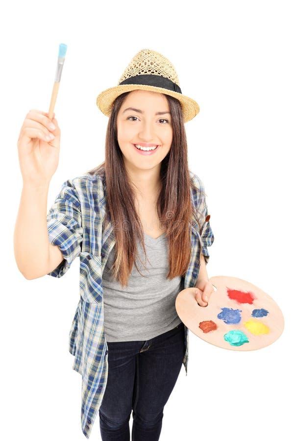 Peintre féminin tenant le pinceau photographie stock libre de droits