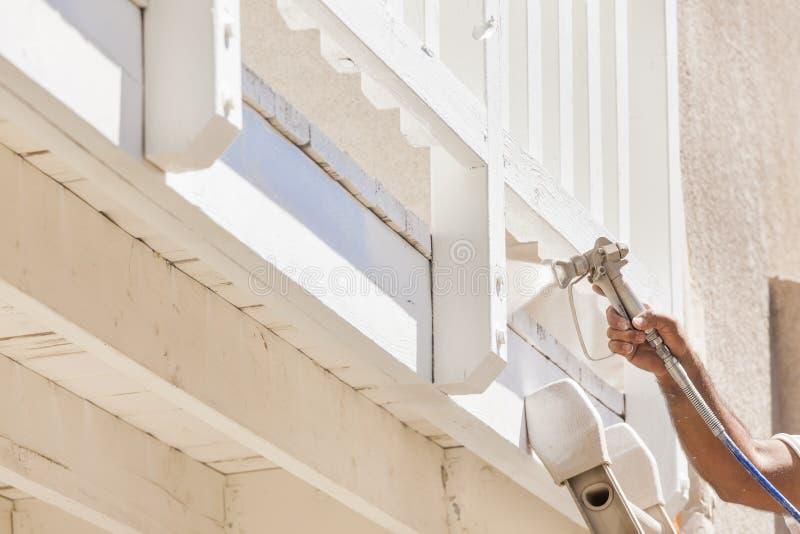 Peintre Spray Painting de Chambre une plate-forme d'une maison photos stock