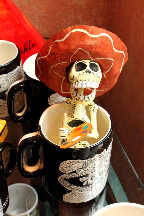 Peintre squelettique de crânes drôles mexicains, jour de dias de los muertos de la mort morte images stock