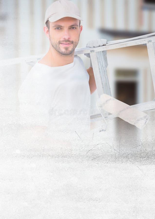 Peintre tenant l'échelle sur le chantier avec l'effet de transition photographie stock