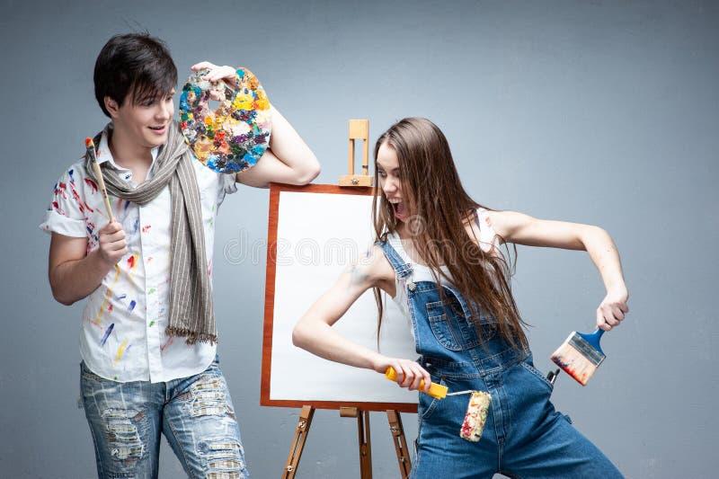 Peintres d'homme et de femme discutant le projet d'art photographie stock libre de droits