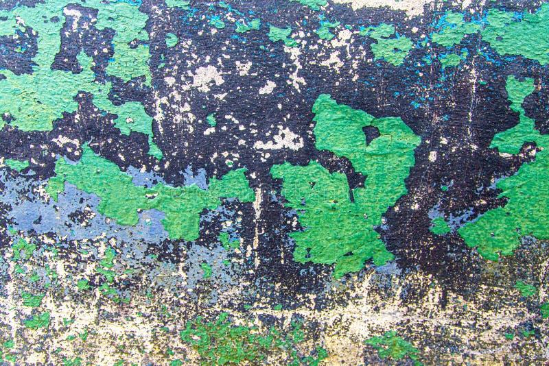 Peinture ébréchée verte et noire sur le ciment photos libres de droits