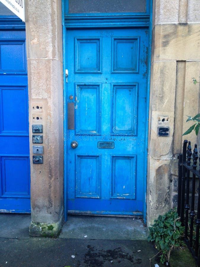 Peinture bleue d'épluchage d'Edimbourg de porte photographie stock
