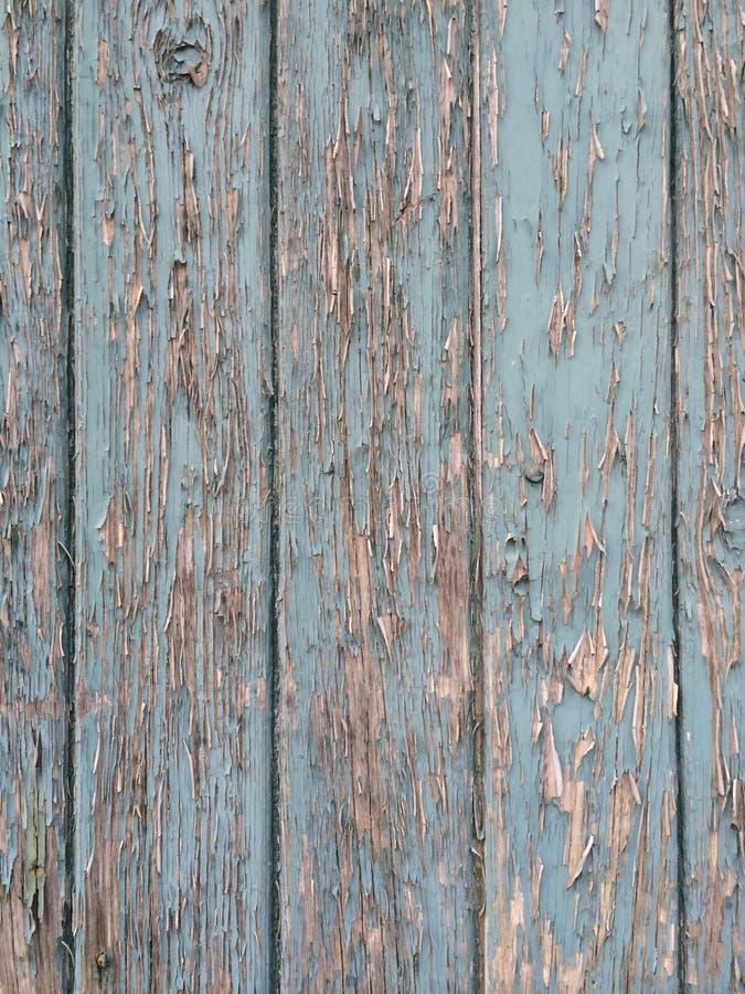 Peinture d'épluchage sur le vieux bois de construction photos stock