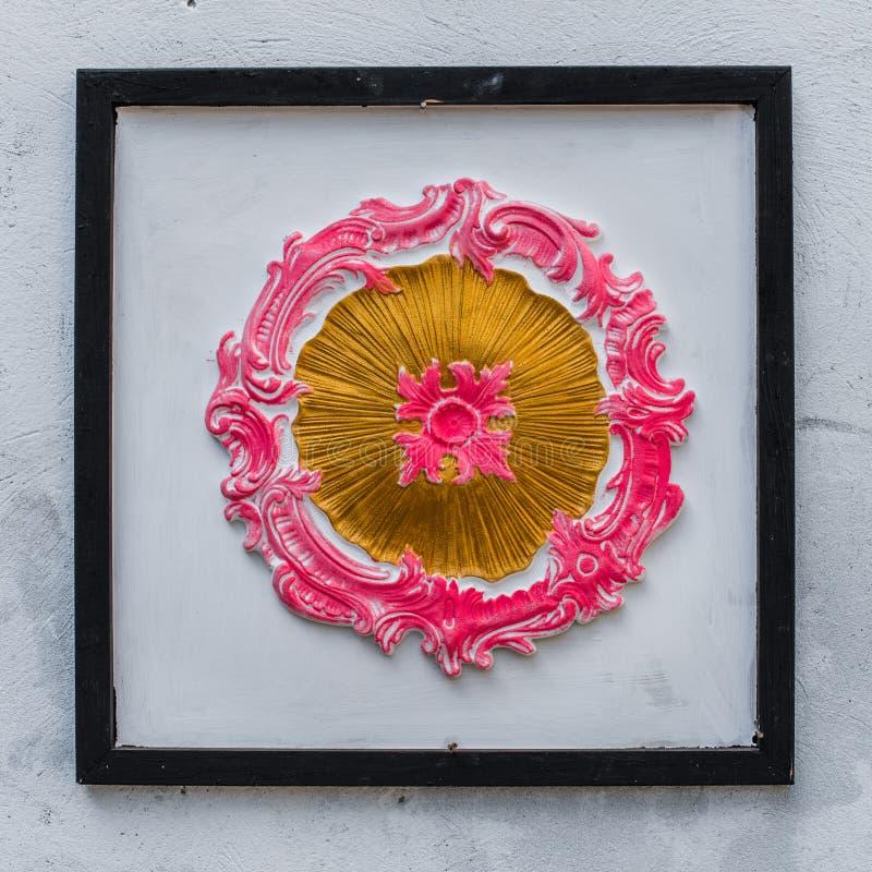 Peinture d'art moderne dans le cadre accrochant sur le mur blanc image stock