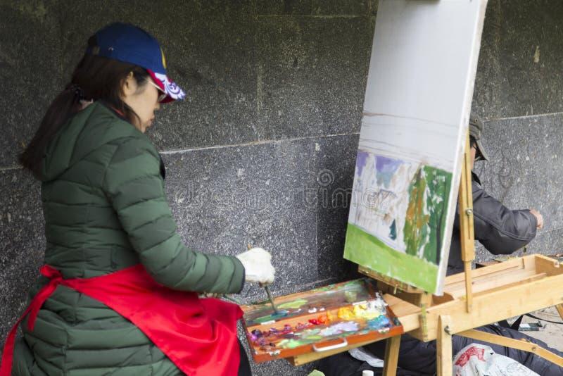 Peinture d'artiste de femme dans la Fédération de Russie suzdal et photos stock