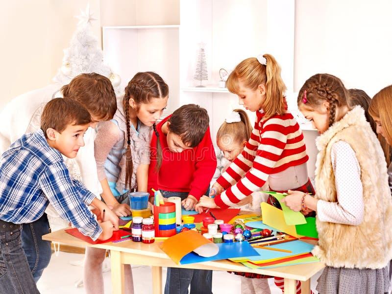Peinture d'enfant à l'école d'art. photos stock