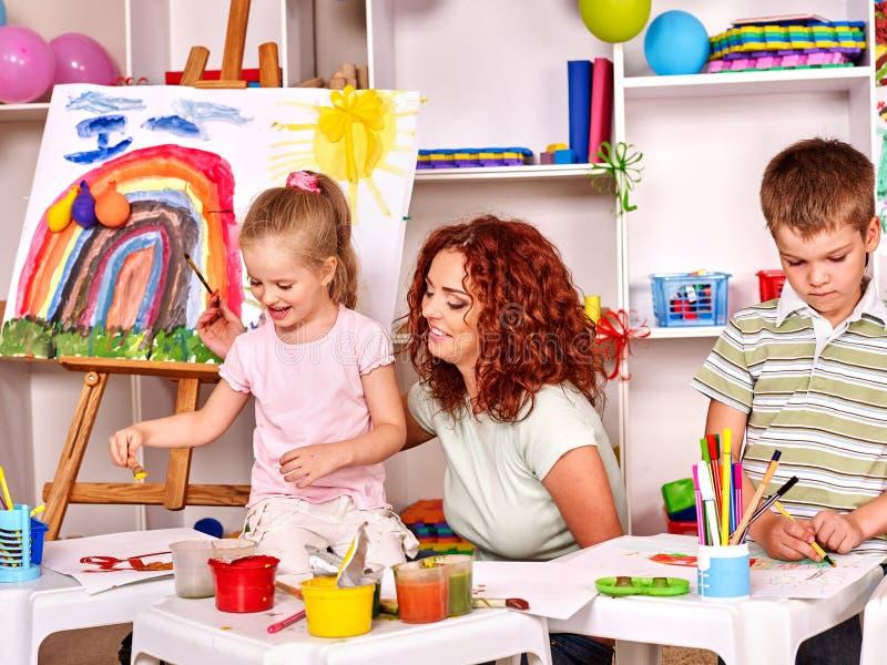 peinture d 39 enfant avec la maman image stock image du fixation peinture 49479677. Black Bedroom Furniture Sets. Home Design Ideas