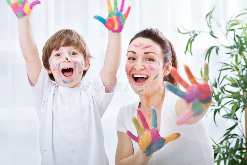 Peinture d'enfant avec la maman photographie stock