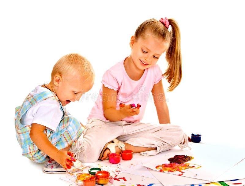 Peinture d'enfant par la peinture de doigt. images stock