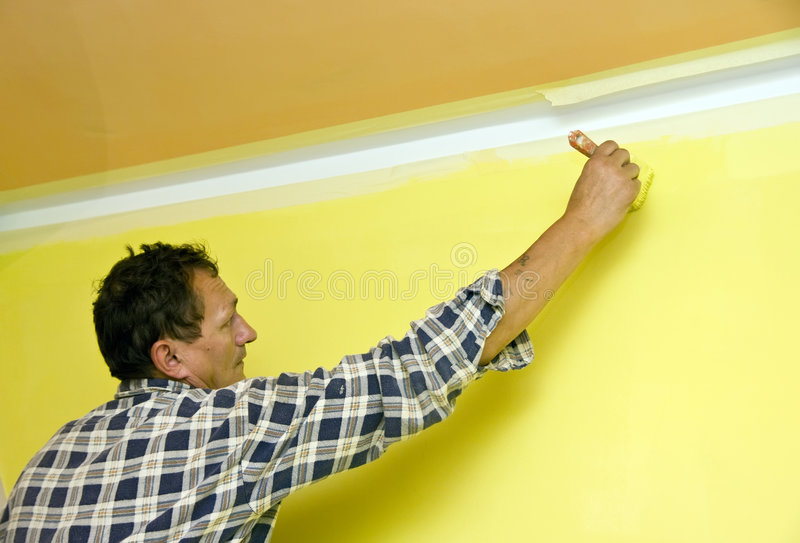 Peinture d'un mur en jaune image stock