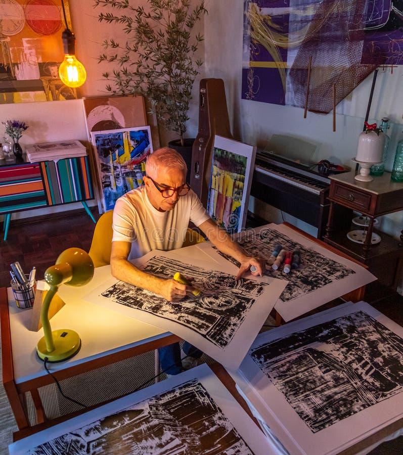 Peinture d'une cinquantaine d'années d'homme d'artiste ou dessin digitalement images stock