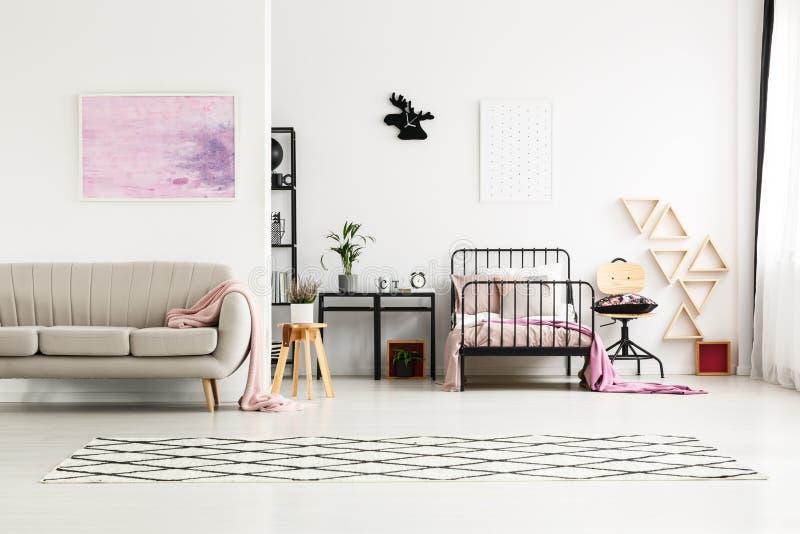 Peinture dans la chambre à coucher multifonctionnelle du ` s de fille photos stock
