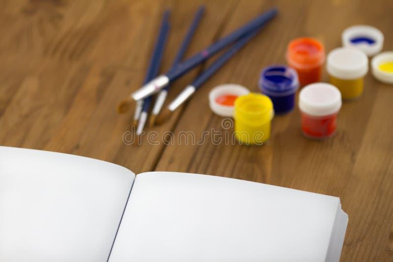 Peinture dans le livre de scetch images stock