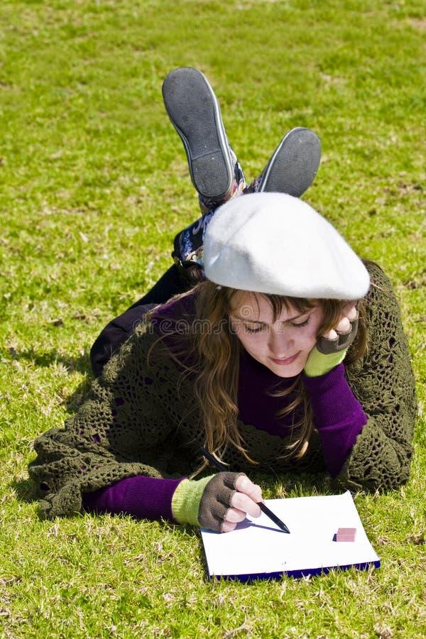 Peinture de femme sur l'herbe photo stock