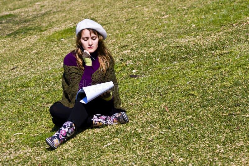 Peinture de femme sur l'herbe photographie stock